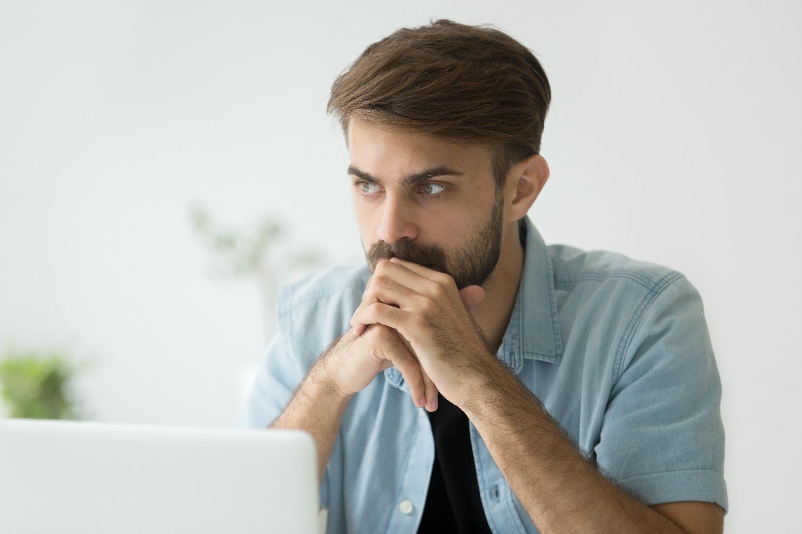 Foto onde mostra uma pessoa pensando como alugar um imóvel sem precisar de fiador. A resposta é: fiança locatícia social